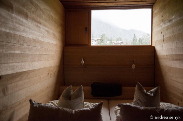 Schlafzimmer aus Holz mit Bergpanorama