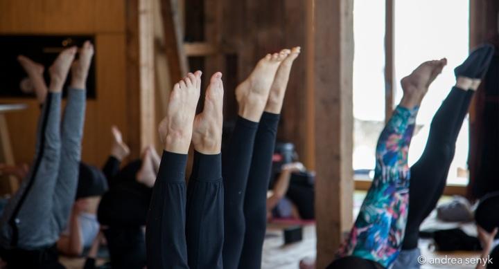 Füße beim Schulterstand im Yoga