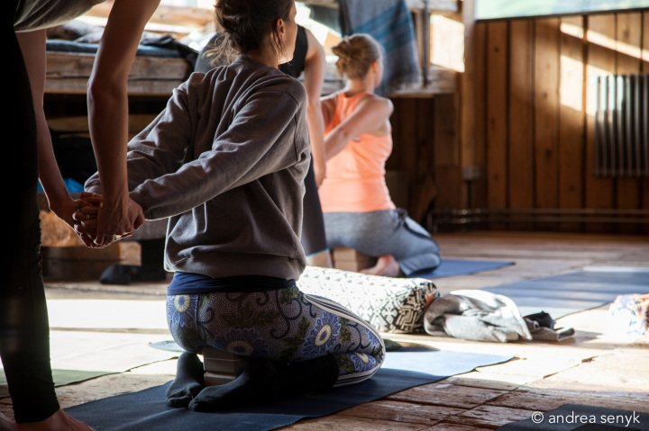 Yogalehrerin hilft Schülerin