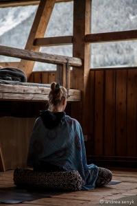 Yogi in Hütte beim Meditieren