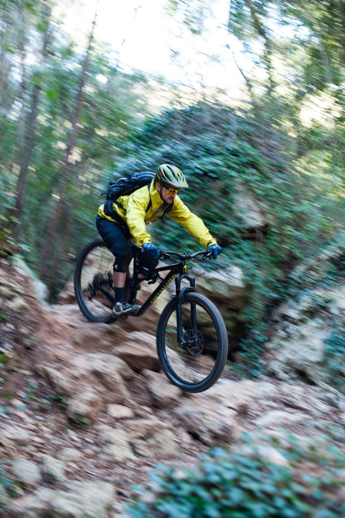 Mountainbiker auf felsigem Trail