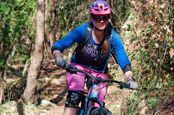 Mountainbikerin auf Trail in Nahaufnahme