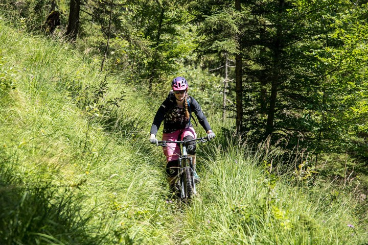 Lisa Amenda auf dem Mountainbike im Wald
