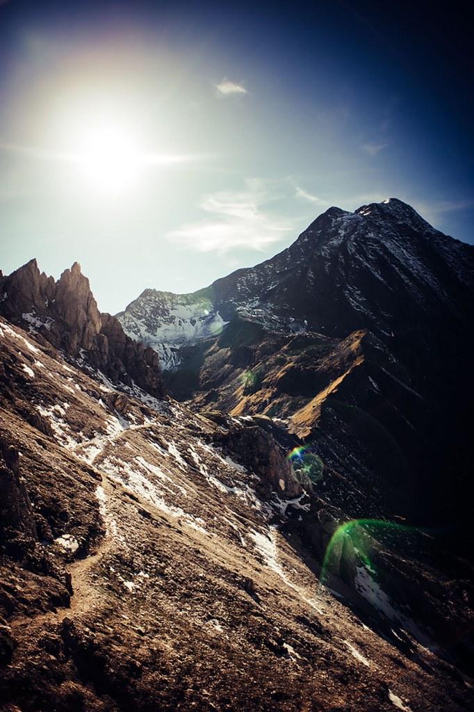 Sonne über Trail im Hochgebirge