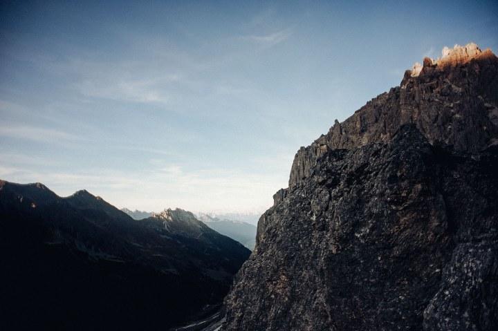 Sonnenuntergang in den Bergen mit Gipfel noch in der Sonne