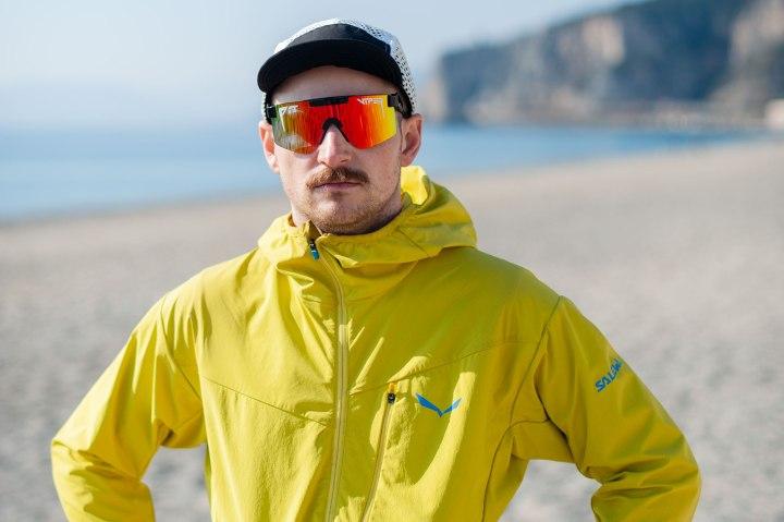Mann mit Sonnenbrille an Strand