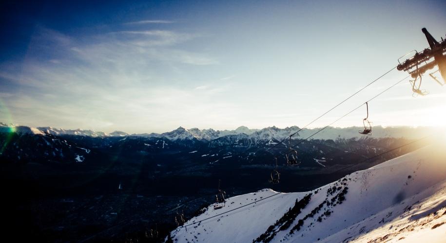 Umweltfreundlich Skifahren: Sessellift in Abendsonne auf Nordkette in Innsbruck