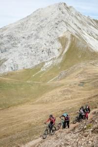 Mountainbikerinnen schieben Berg hoch