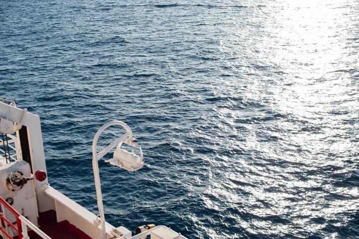 Blick von Fähre mit Lampe aufs Meer