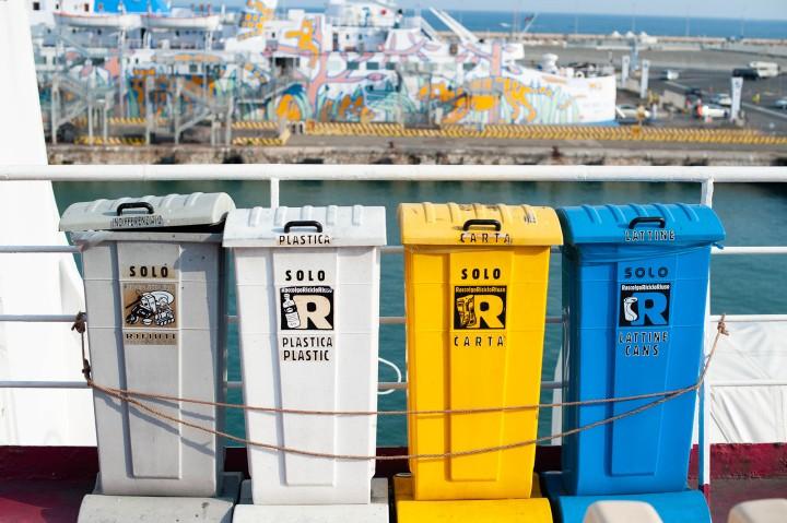 Mülltonnen auf italienischer Fähre