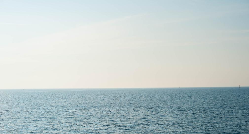 Blick auf Meer mit Horizont für mehr Langeweile