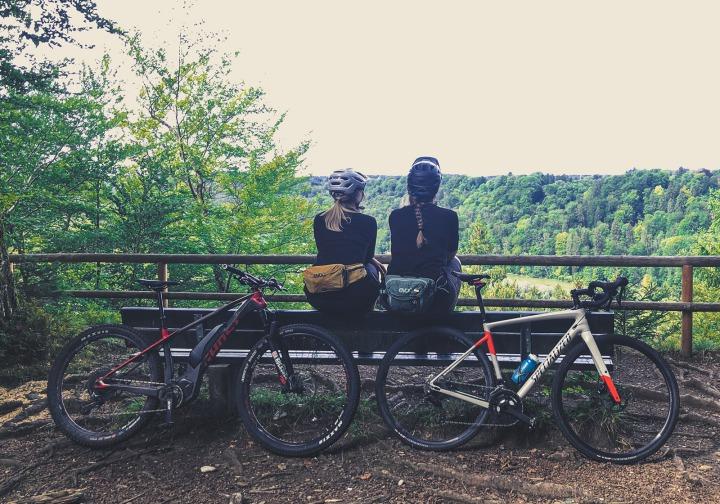 Bikerinnen auf Bank mit Ausblick