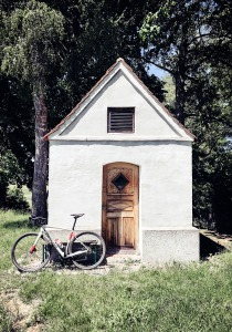 Specialized Diverge vor Kapelle