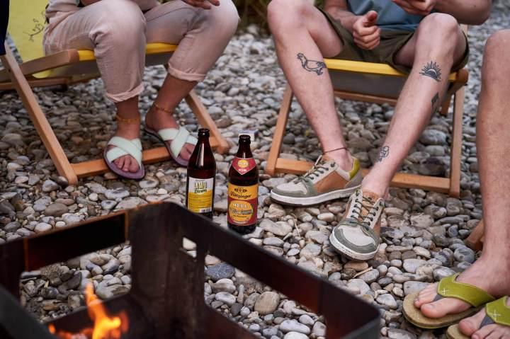 Nachhaltige Lifestyle Schuhe von Doghammer am Lagerfeuer
